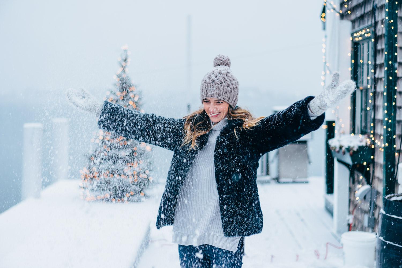 jess-ann-kirby-faux-fur-coat-snow-day