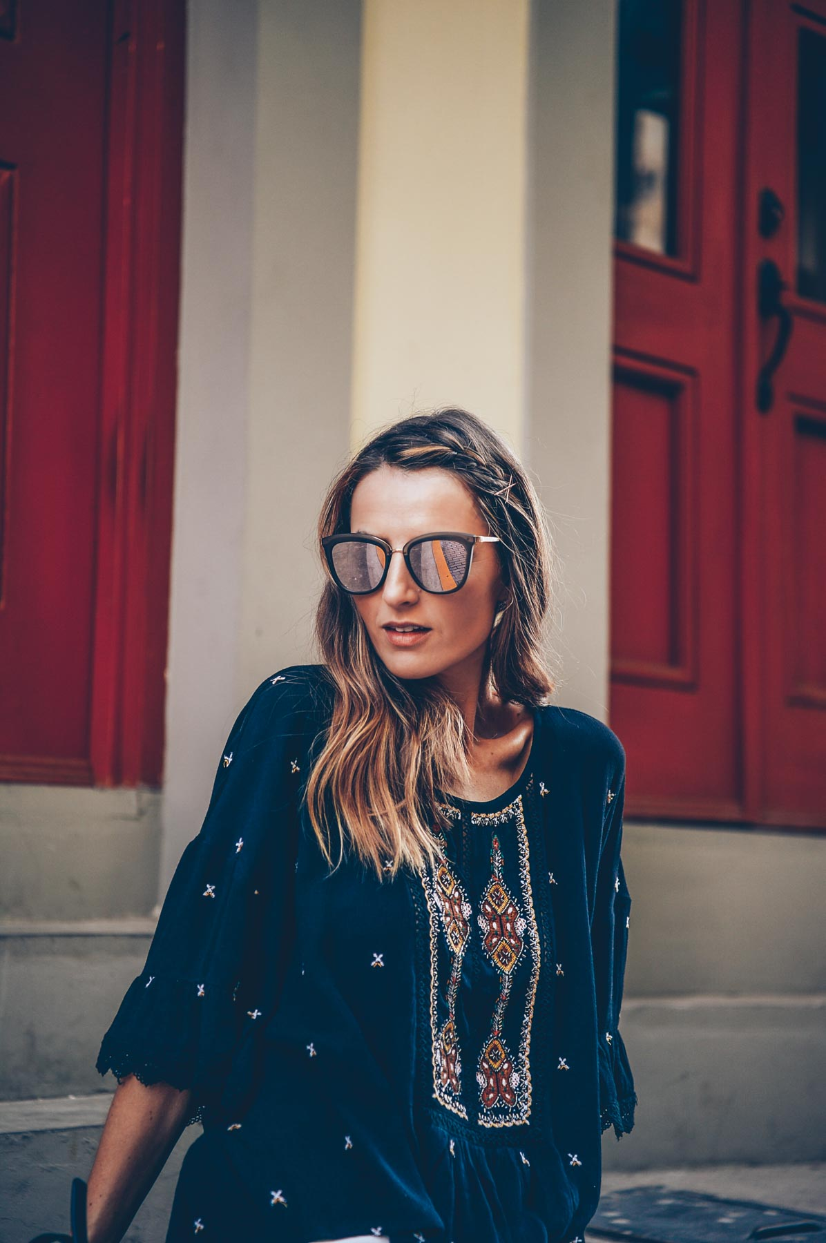 Jess Kirby Blonde Balayage Beachy Waves and Mirrored Le Specs Sunglasses