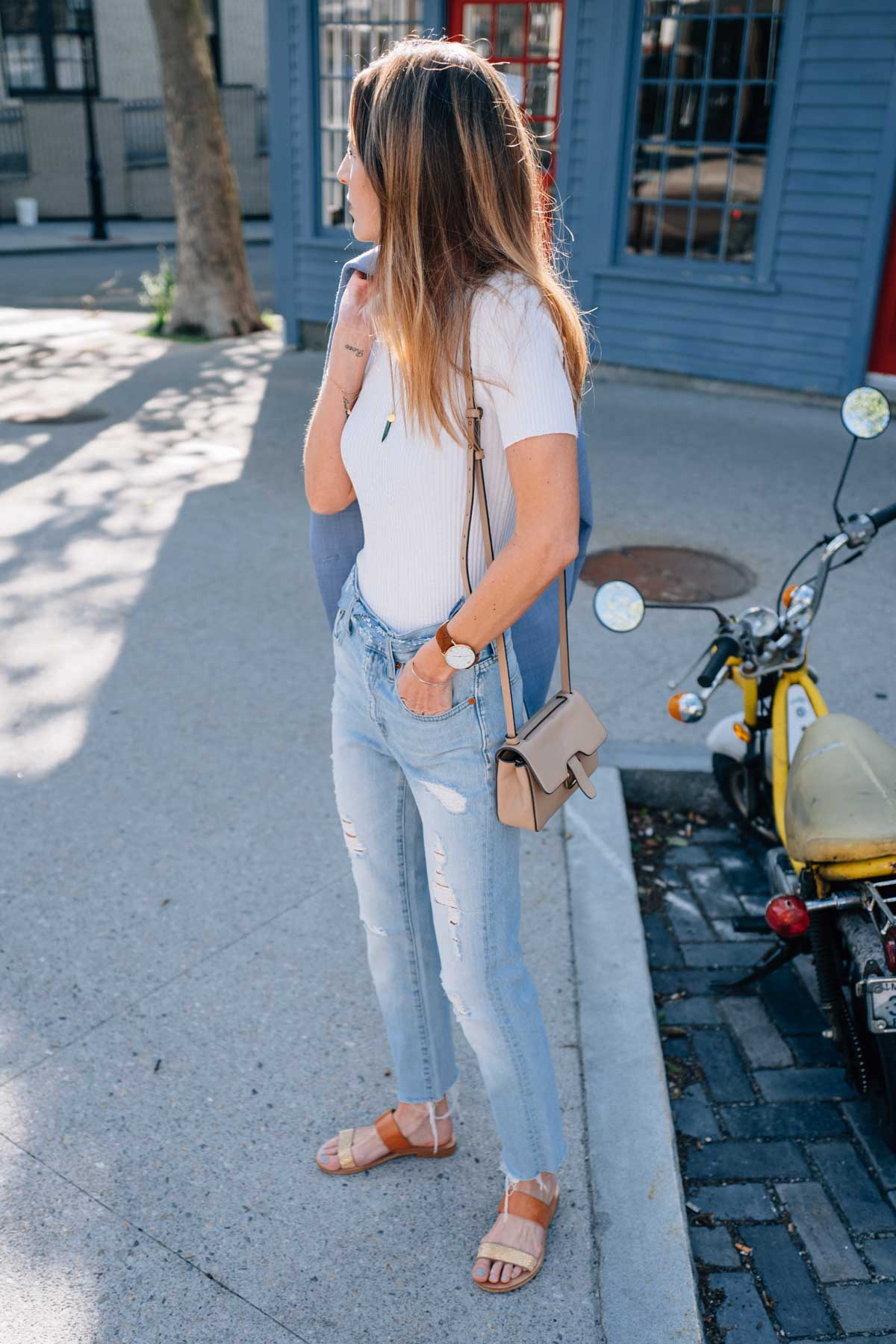 Jess Kirby wearing the Madewell Perfect Summer Jeans with Leather Sandals and the J.Crew Edit Bag for summer