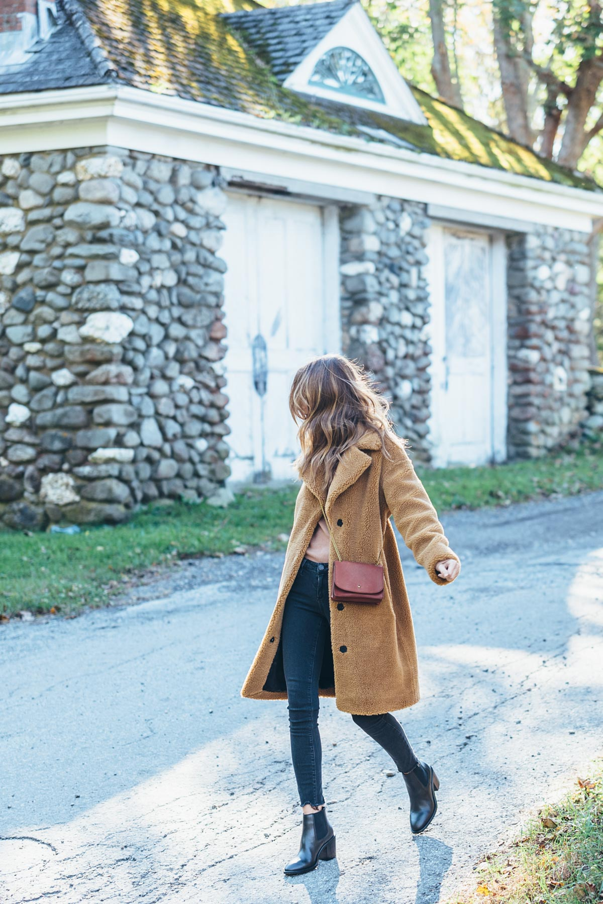 Jess Ann Kirby in the luisa viaroma STAND faux fur teddy coat and madewell crossbody bag for a fall look